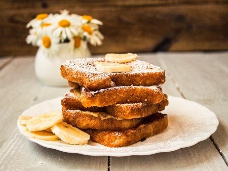 Сладки фалшиви пържени филийки на фурна с екстракт от ванилия, канела и пудра захар - снимка на рецептата